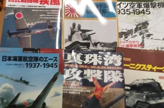戦車の写真集やミリタリー書籍などのご遺品を約300点お譲り頂きました。
