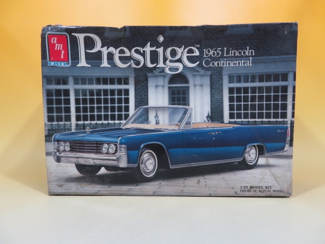 「1/25 Prestige 1965 リンカーン コンチネンタル amt」など旧車のプラモデルやパンフレット、別冊カーグラフィックなどをお譲り頂きました。